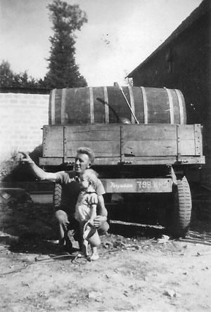 Auguste Hérout, le fondateur de la Cidrerie, avec son fils ainé dans les années 50