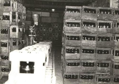 La cave de la cidrerie Hérout dans les années 70